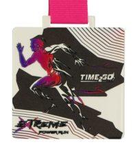 Medale z nadrukiem - biały medal z nadrukowanym biegaczem zawieszony na różowej wstążce