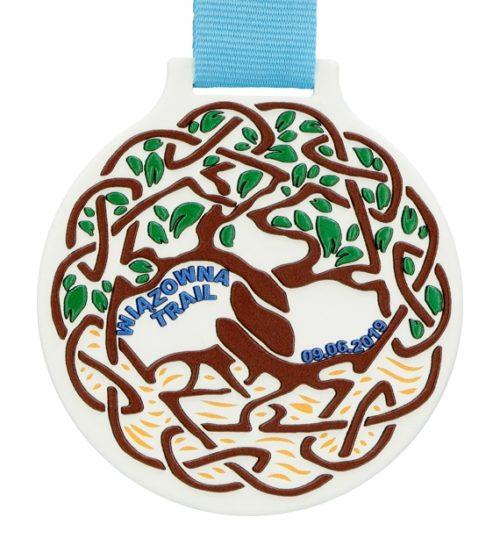 Medal z nadrukiem q-medals standard plus wiązowna trail - biały medal z nadrukowanymi drzewami zawieszony na jasnoniebieskiej szarfie