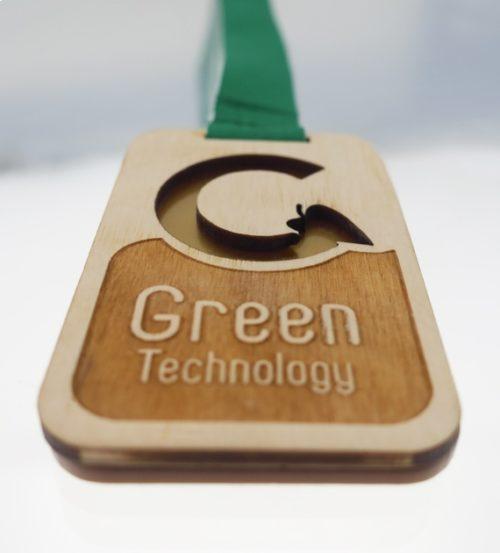 Medal drewniany z grawerem na zielonej wstążce