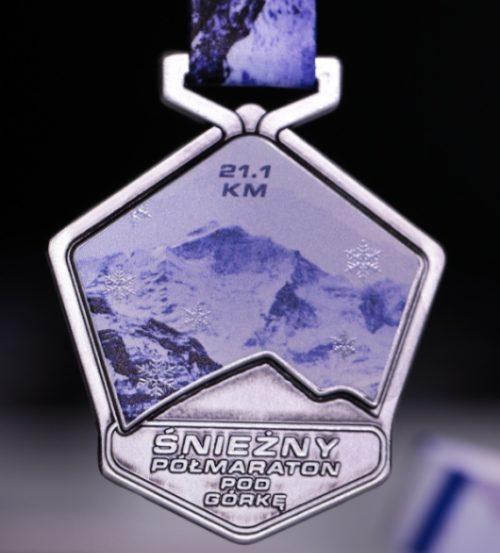 Medal przygotowany na śnieżny półmaraton pod górkę